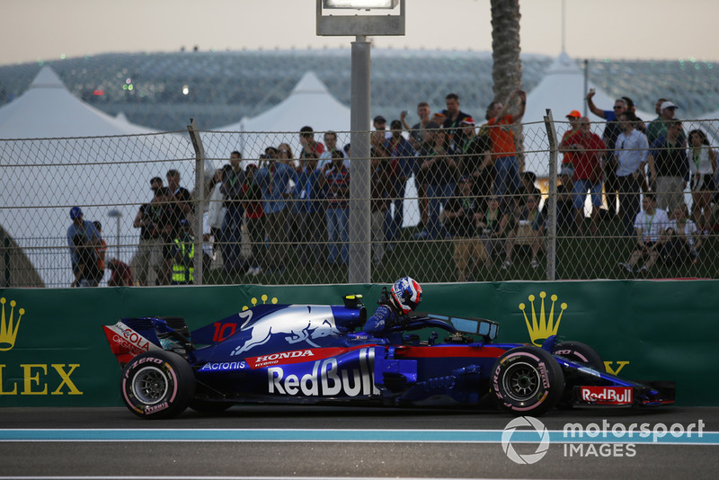 Pierre Gasly, Toro Rosso STR13 stops on track in Q1