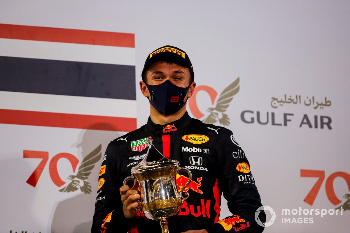 Alex Albon, Red Bull Racing, celebra su podio en Bahréin.