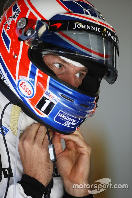 Jenson Button, McLaren MP4-31 in de garage