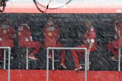 Pórtico de pit de Ferrari en la lluvia