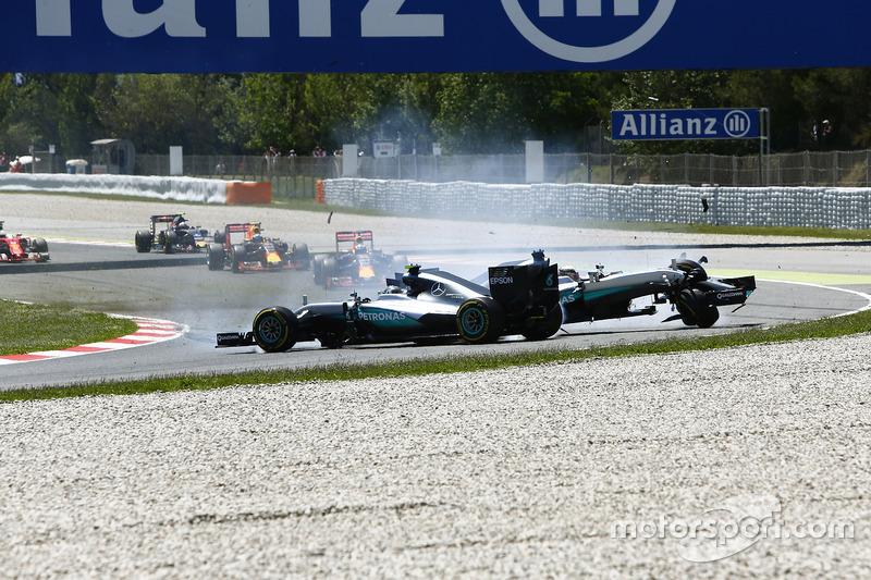 Льюіс Хемілтон, Mercedes AMG F1 W07 Hybrid і Ніко Росберг, Mercedes AMG F1 W07 Hybrid зіткнулися на першому колі гонки