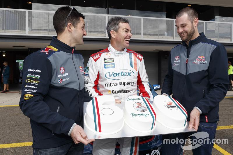 Craig Lowndes, Triple Eight Race Engineering, Holden, feiert sein 600. Supercars-Rennen mit seinen Teamkollegen Jamie Whincup und Shane van Gisbergen