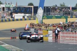 Checkered flag for #8 Toyota Gazoo Racing Toyota TS050 Hybrid: Anthony Davidson, Sébastien Buemi, Kazuki Nakajima