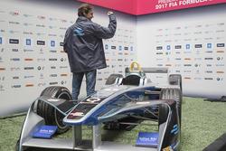 Esteban Gutiérrez con el auto domi de la Fórmula E