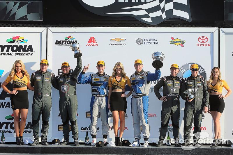 Podio GS: ganadores de la carrera Cameron Cassels, Trent Hindman, Bodymotion Racing, segundo lugar M