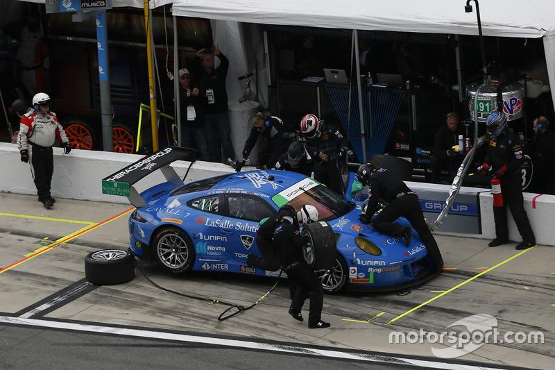 #991 TRG Porsche 911 GT3 R: Santiago Creel, Wolf Henzler, Jan Heylen, Mike Hedlund, Timothy Pappas, pit action