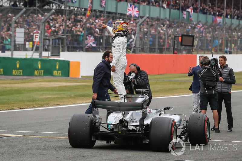 Ganador de la pole Lewis Hamilton, Mercedes AMG F1 celebra en parc ferme