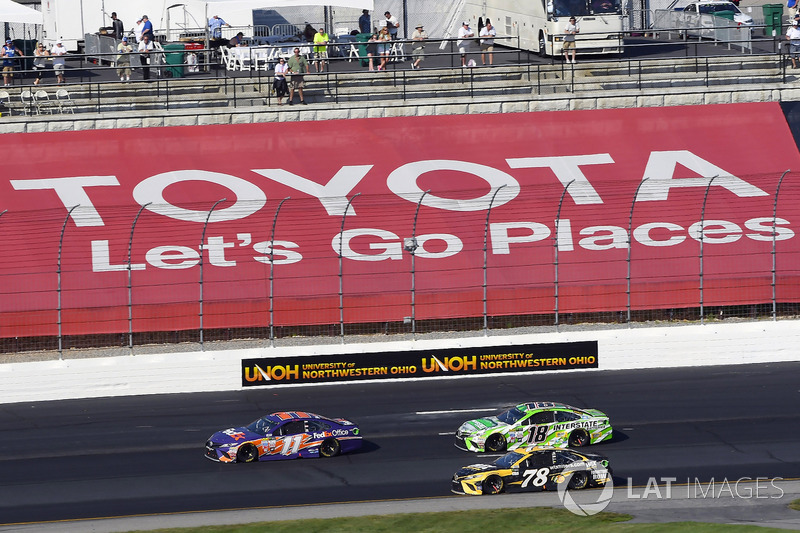 Denny Hamlin, Joe Gibbs Racing Toyota, Martin Truex Jr., Furniture Row Racing Toyota, Kyle Busch, Joe Gibbs Racing Toyota