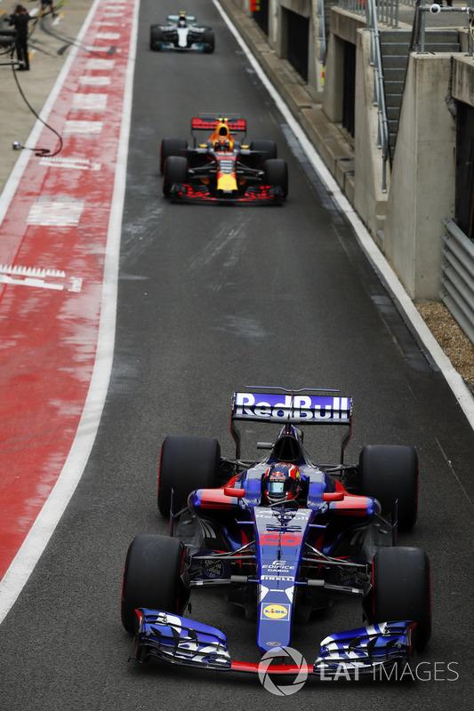 Daniil Kvyat, Scuderia Toro Rosso STR12, Max Verstappen, Red Bull Racing RB13 y Valtteri Bottas, Mer