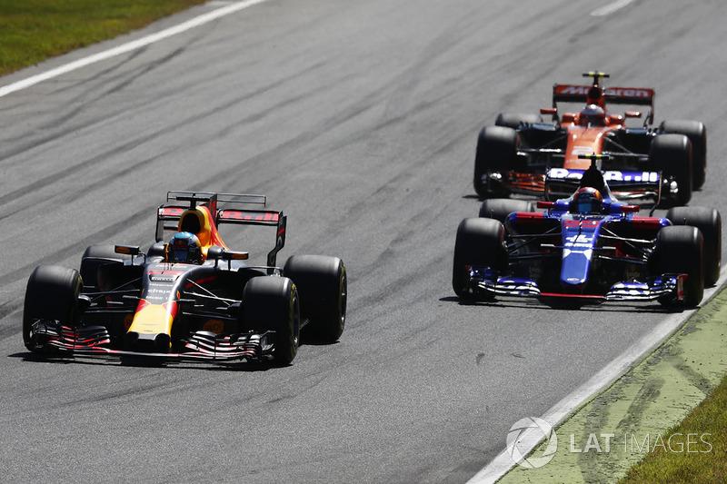 Daniel Ricciardo, Red Bull Racing RB13, Carlos Sainz Jr., Scuderia Toro Rosso STR12, Stoffel Vandoorne, McLaren MCL32