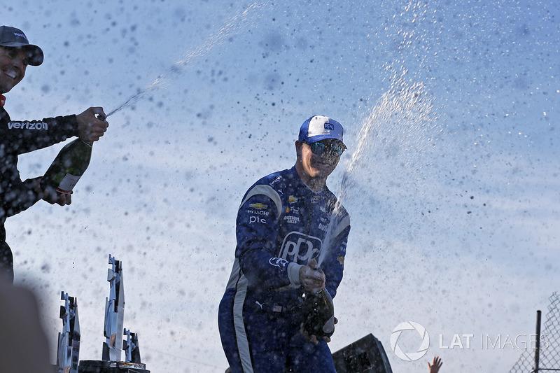 Podio: ganador de la carrera Josef Newgarden, Team Penske Chevrolet, segundo lugar Will Power, Team Penske Chevrolet