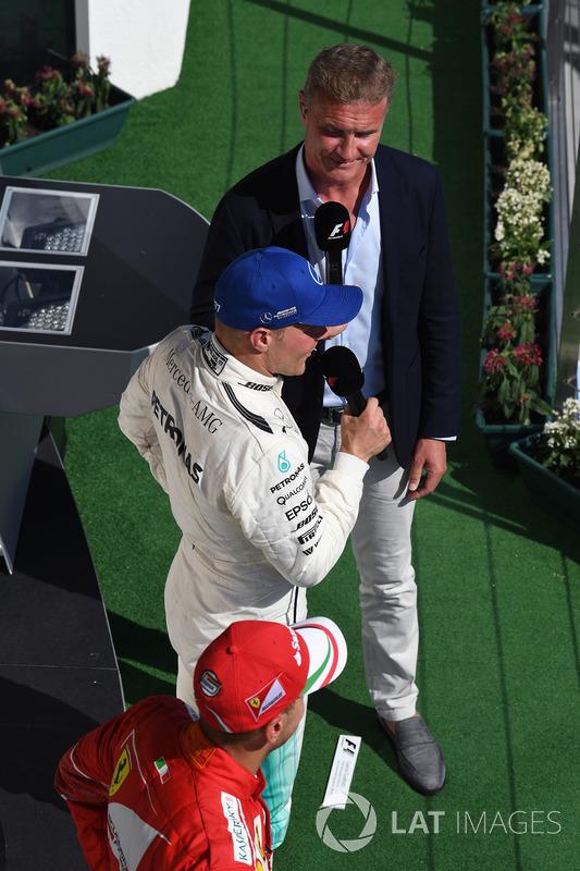 Valtteri Bottas, Mercedes AMG F1 W08 y David Coulthard, Channel Four TV en el podio