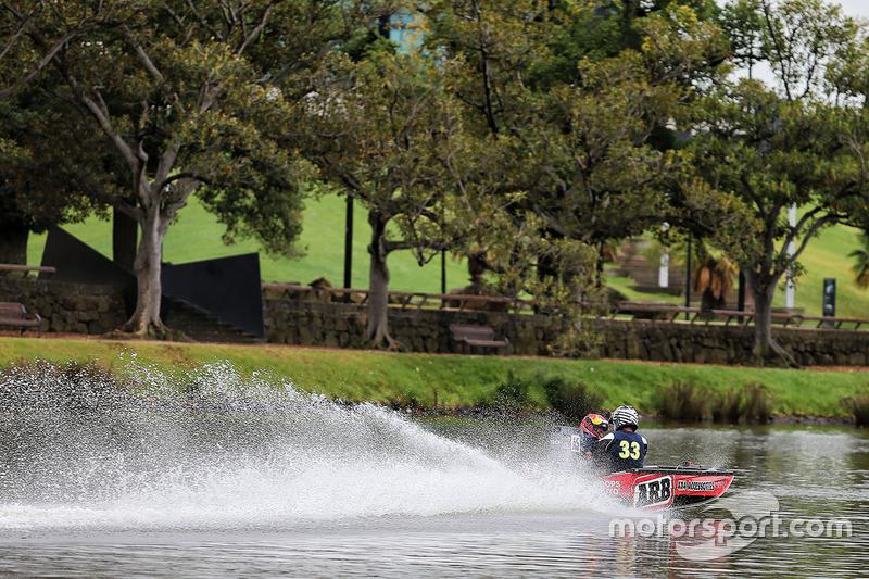 Max Verstappen, Red Bull Racing en un bote de carreras en el río Yarra