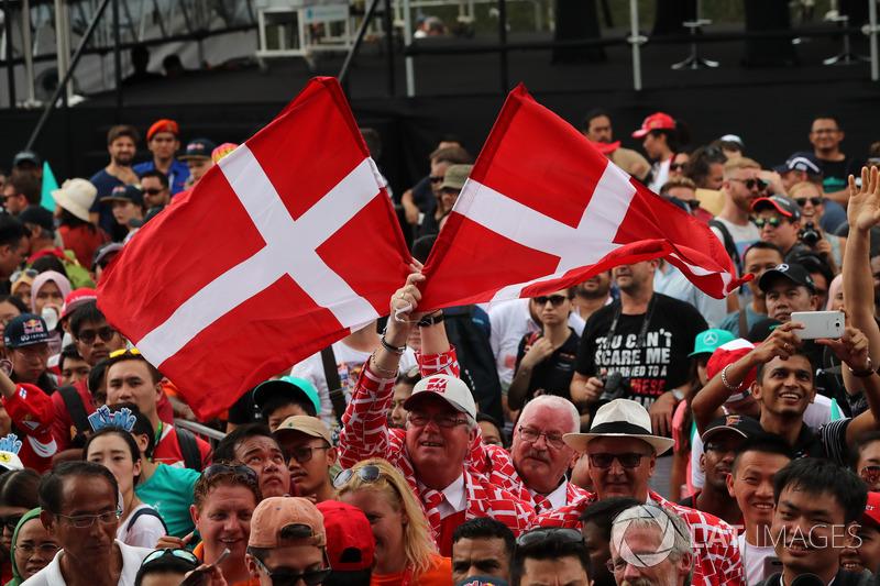 Уболівальники та датські прапори