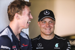 Даниил Квят, Scuderia Toro Rosso, и Валттери Боттас, Mercedes AMG F1