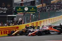 Nico Hulkenberg, Renault Sport F1 Team RS17, Sergio Perez, Sahara Force India F1 VJM10, Fernando Alonso, McLaren MCL32, en bataille