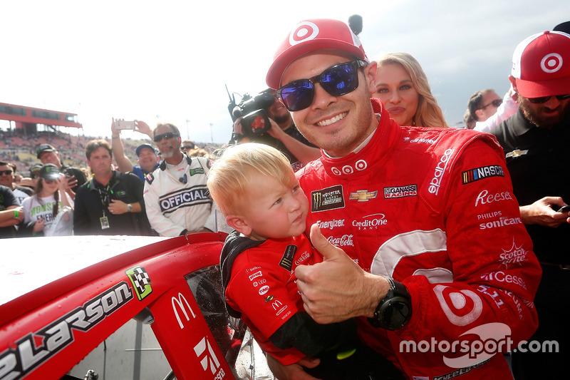 Kyle Larson, Chip Ganassi Racing Chevrolet, pone la estampa de ganador en el victory lane con su hijo, Owen, después de la victoria
