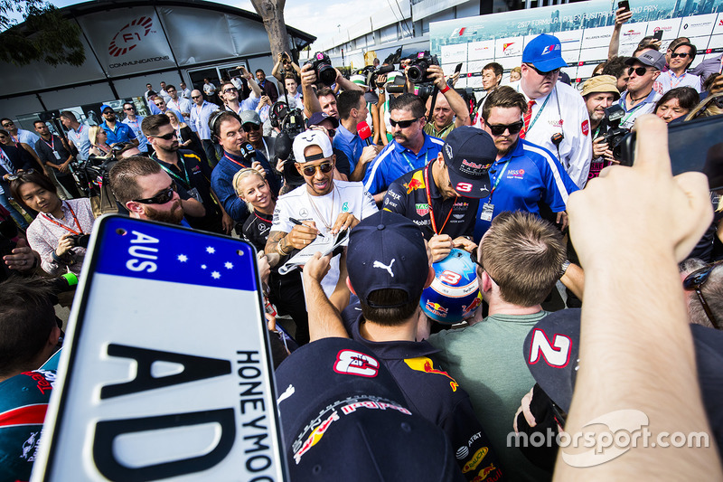 Lewis Hamilton, Mercedes AMG; Daniel Ricciardo, Red Bull Racing