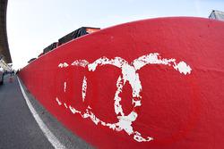 Les restes d'un logo Audi dans la voie des stands