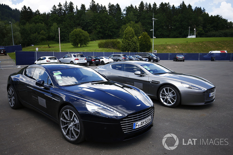 Службові машини Red Bull - брендовані Aston Martin