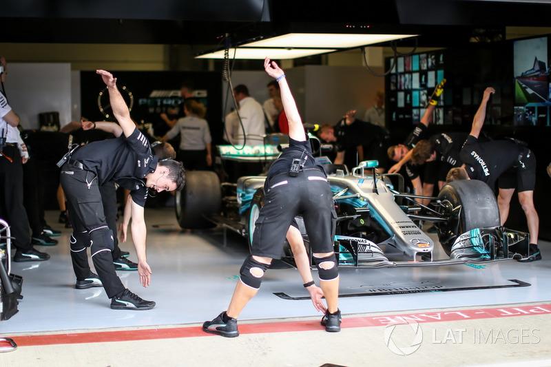Розминка механіків Mercedes AMG F1 у гаражі