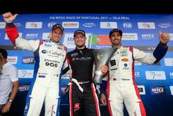 Podium du Trophy : le vainqueur Rob Huff, All-Inkl Motorsport, Citroën C-Élysée WTCC, le deuxième Tom Chilton, Sébastien Loeb Racing, Citroën C-Élysée WTCC, le troisième Mehdi Bennani, Sébastien Loeb Racing, Citroën C-Élysée WTCC