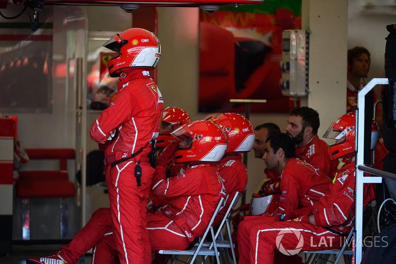 Mecánicos de Ferrari en el garaje