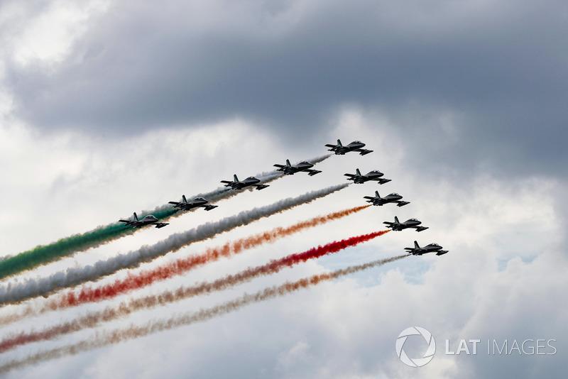 Aviones Aermacchi MB339A forman la bandera de Italia