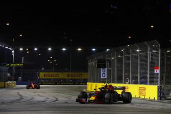 Max Verstappen, Red Bull Racing RB14, precede Sebastian Vettel, Ferrari SF71H