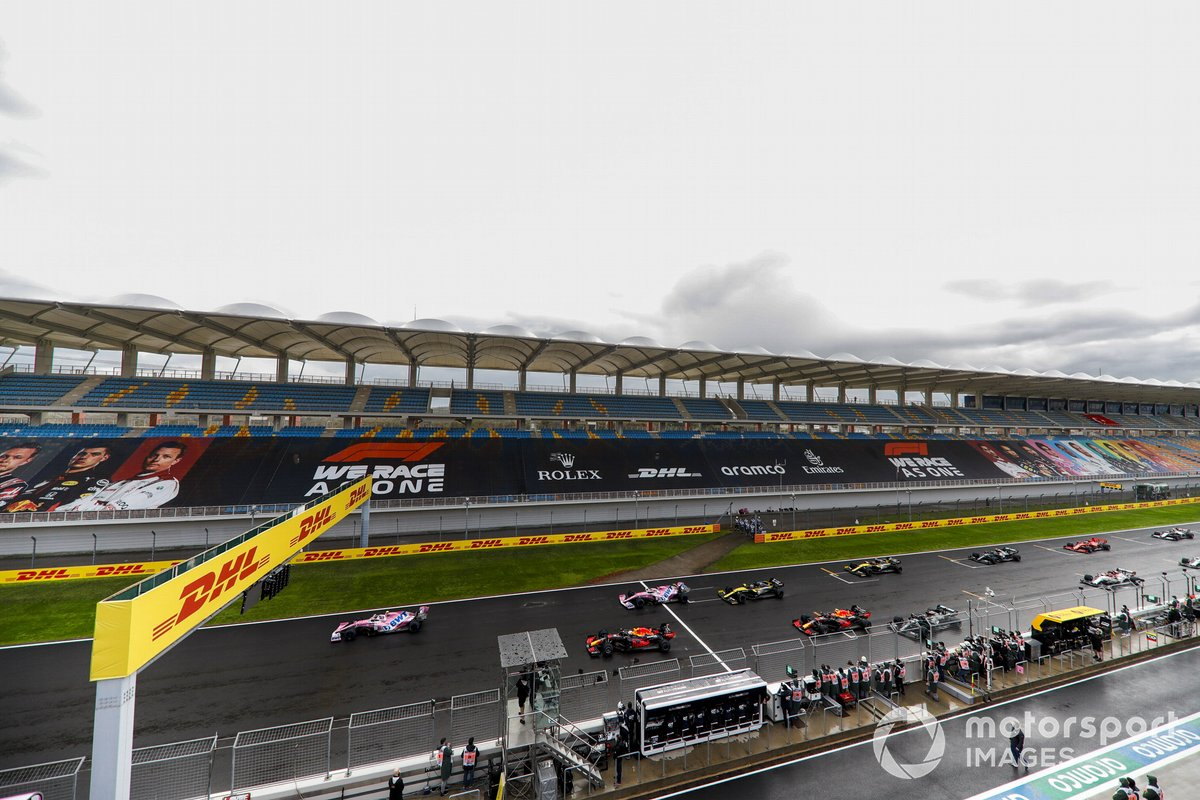Lance Stroll, Racing Point RP20, Max Verstappen, Red Bull Racing RB16, Sergio Perez, Racing Point RP20, and the rest of the field at the start