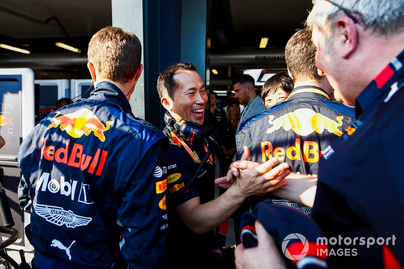 Kru tim Red Bull merayakan podium yang dicetak Max Verstappen, Red Bull Racing