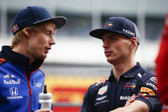Brendon Hartley, Scuderia Toro Rosso parle avec Max Verstappen, Red Bull Racing