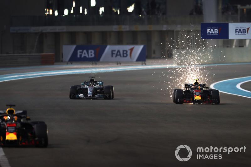 Si alzano scintille dalla monoposto di Max Verstappen, Red Bull Racing RB14, mentre lotta con Lewis Hamilton, Mercedes AMG F1 W09 EQ Power+