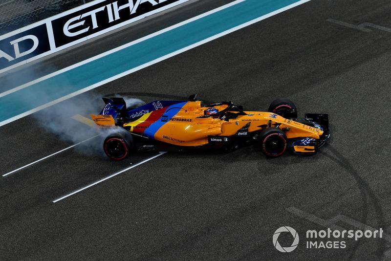 Fernando Alonso, McLaren MCL33, esegue dei donut alla fine della gara