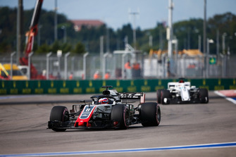 Romain Grosjean, Haas F1 Team VF-18, precede Marcus Ericsson, Sauber C37