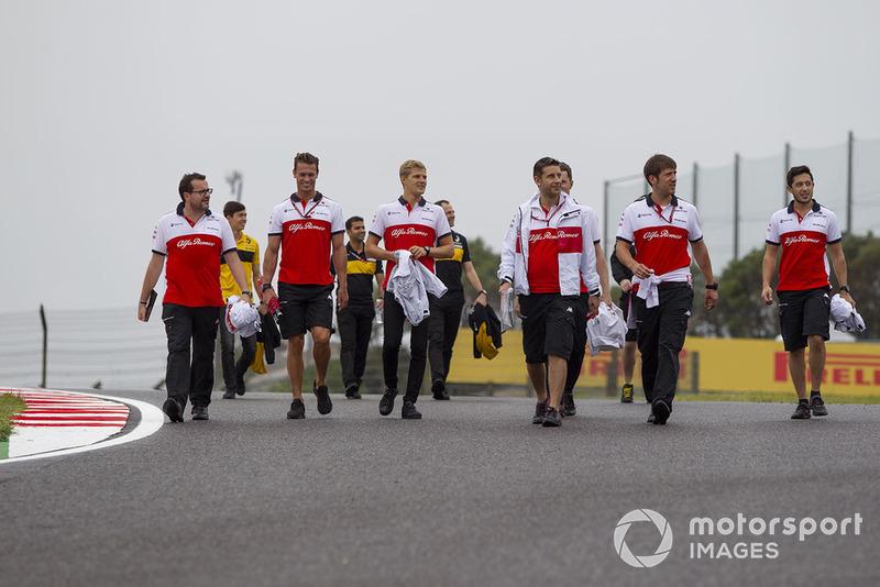 Marcus Ericsson, Sauber on track walk
