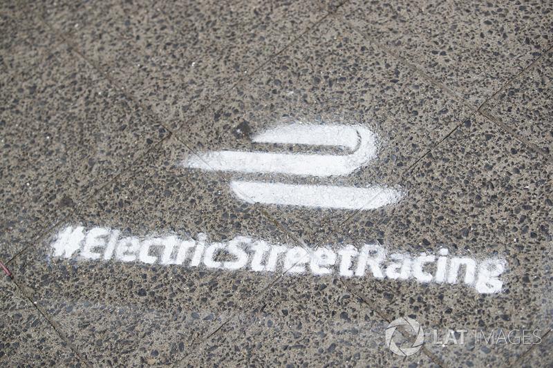 Formel-E-Schablonenschriften auf der Straße