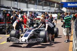 La Haas F1 Team VF-17, à la nouvelle livrée, de Kevin Magnussen dans les stands