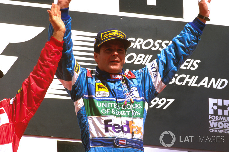 Podio: ganador de la carrera Gerhard Berger, Benetton Renault