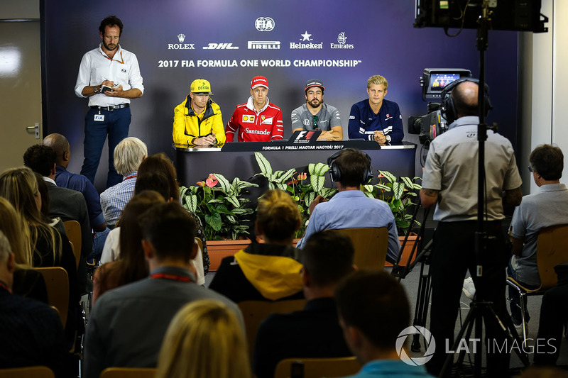 Matteo Bonciani, delegado de medios de comunicación de la FIA, Nico Hulkenberg, Renault Sport F1 Team RS17, Sebastian Vettel, Ferrari, Fernando Alonso, McLaren y Marcus Ericsson, Sauber en la Conferencia de prensa