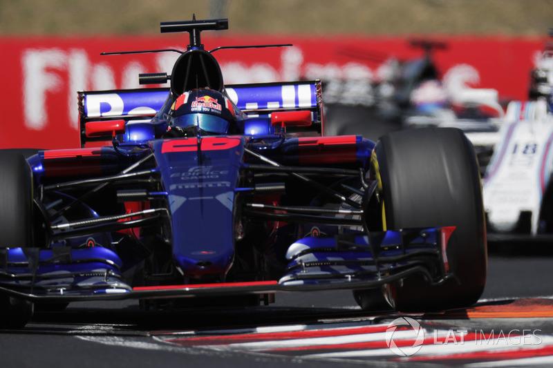Daniil Kvyat, Scuderia Toro Rosso STR12, levanta una rueda sobre un bordillo