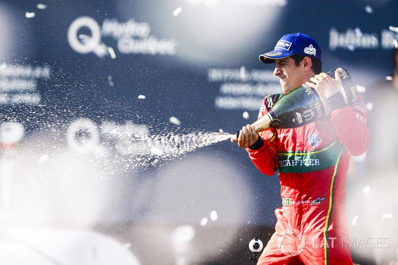 Ganador Lucas di Grassi, ABT Schaeffler Audi Sport, rocía el champán en el podio