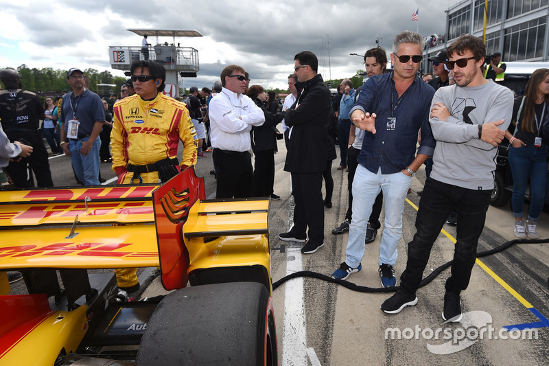 Gil de Ferran dan Fernando Alonso mengamati mobil di grid