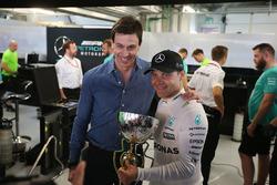 Совладелец и исполнительный директор Mercedes AMG F1 Тото Вольф и гонщик команды Валттери Боттас