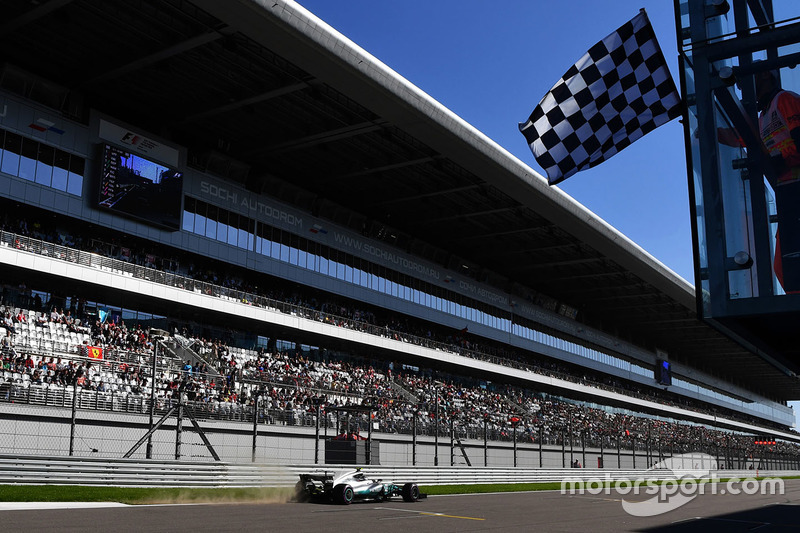 Valtteri Bottas, Mercedes AMG F1 F1 W08 takes the chequered flag