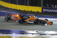 Startcrash: Fernando Alonso, McLaren MCL32, Max Verstappen, Red Bull Racing RB13, Kimi Räikkönen, Ferrari SF70H