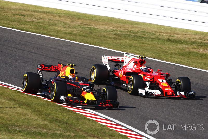 Max Verstappen, Red Bull Racing RB13 y Kimi Raikkonen, Ferrari SF70H, pit stop