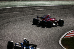 Кими Райкконен, Ferrari SF70H, и Нико Хюлькенберг, Renault Sport F1 Team RS17