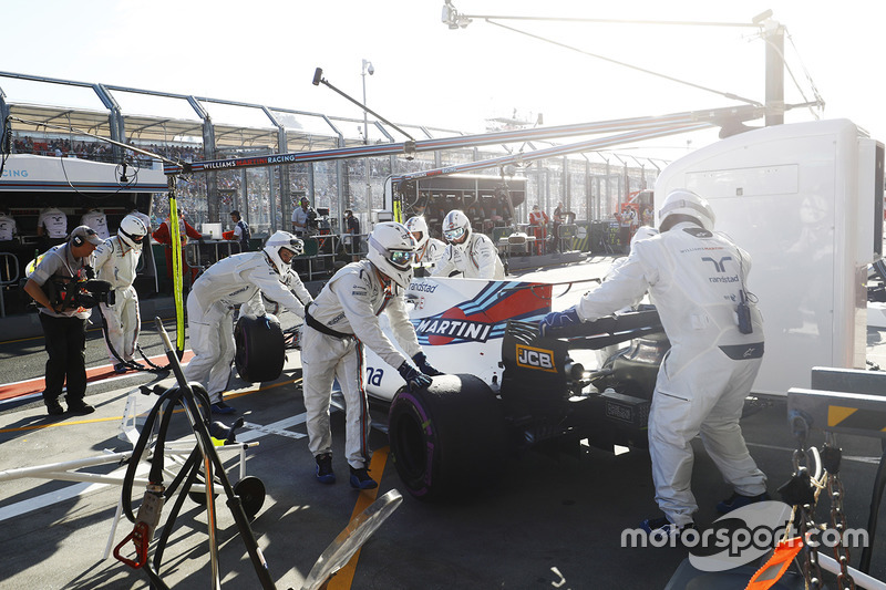 Lance Stroll, Williams FW40, se retira de la carrera y se empuja en su garaje por mecánica