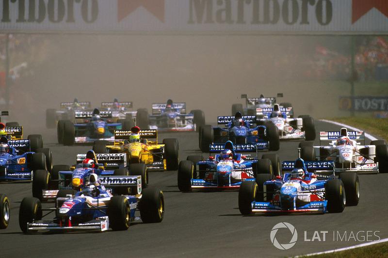 Los coches en la primera curva